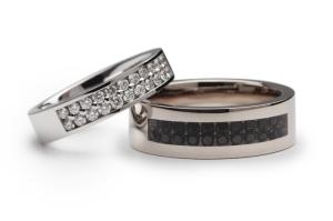 Trouwringen met zwarte diamanten in clear ceramic.